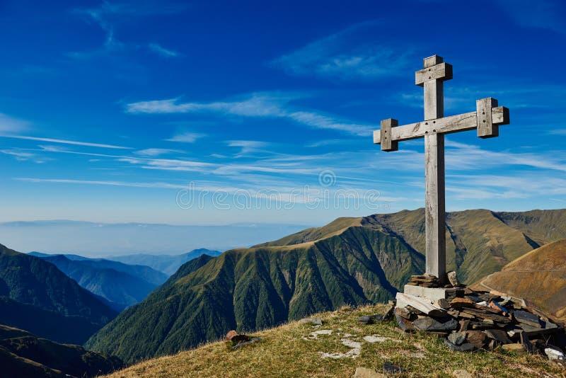 Cruz en el pico de montaña como muestra del paso fotos de archivo