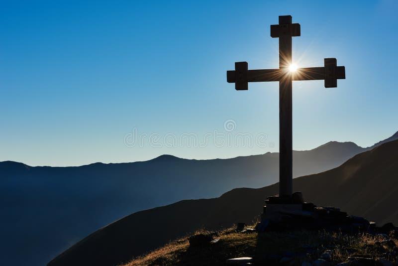 Cruz en el pico de montaña como muestra del paso imagen de archivo