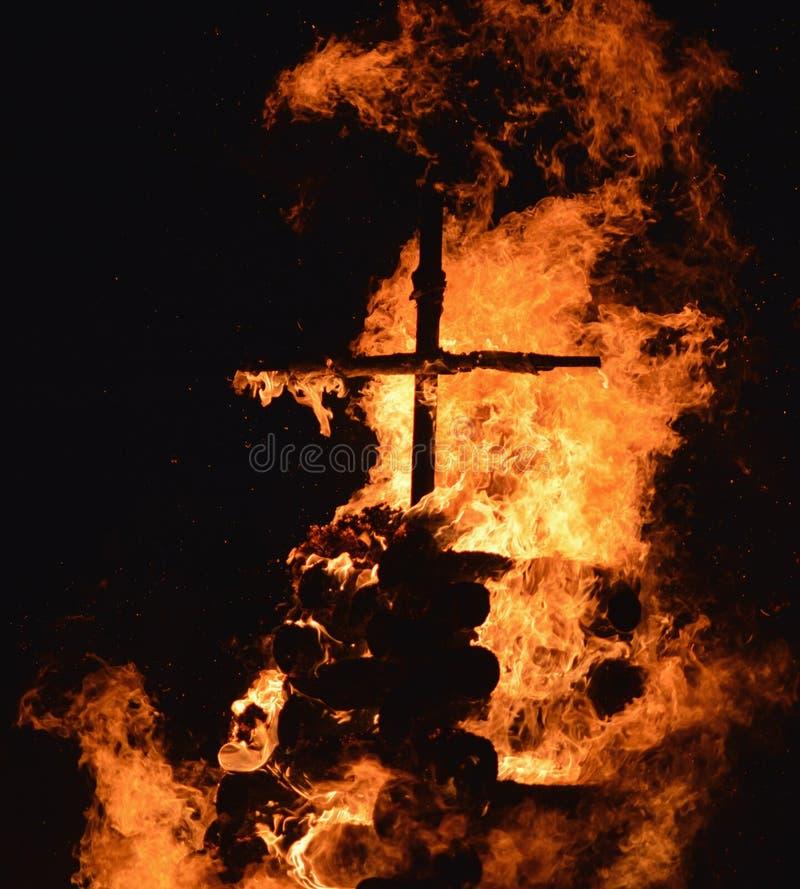 Cruz en fuego imagenes de archivo