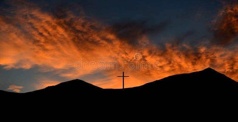 Cruz en la cima de la montaña fotos de archivo