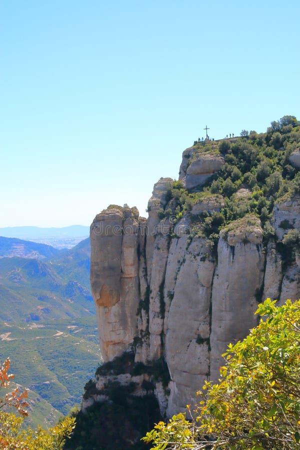 Cruz en la montaña de Montserrat imagenes de archivo