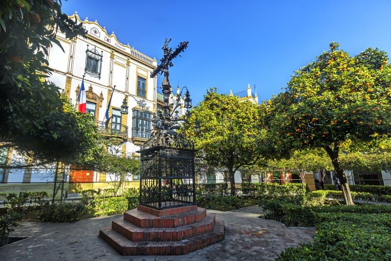 Cruz en la plaza Santa Cruz Square, Sevilla, España imagenes de archivo
