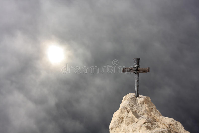 Cruz en la roca foto de archivo