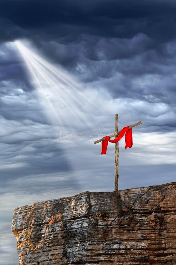 Cruz encima de la roca foto de archivo