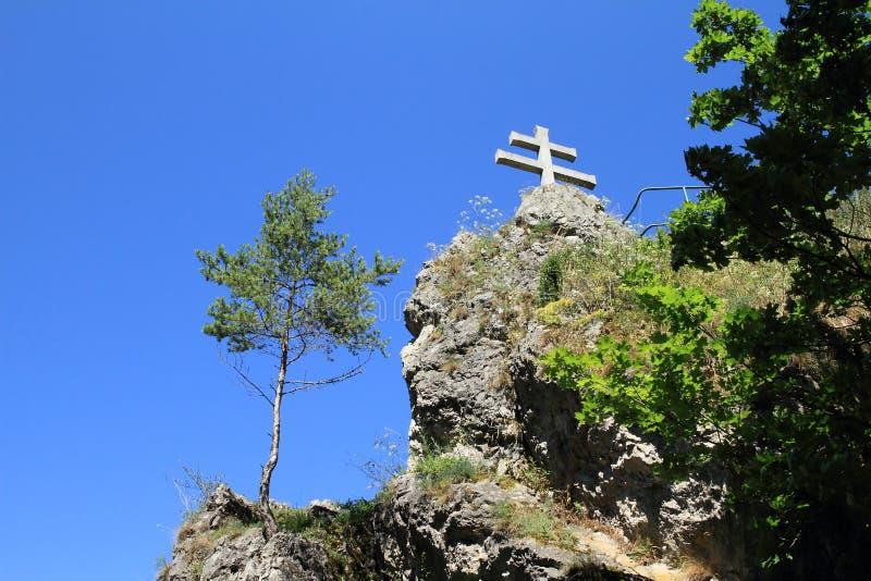 Cruz eslovaca no jardim ornamental Liptovsky Hradok fotos de stock