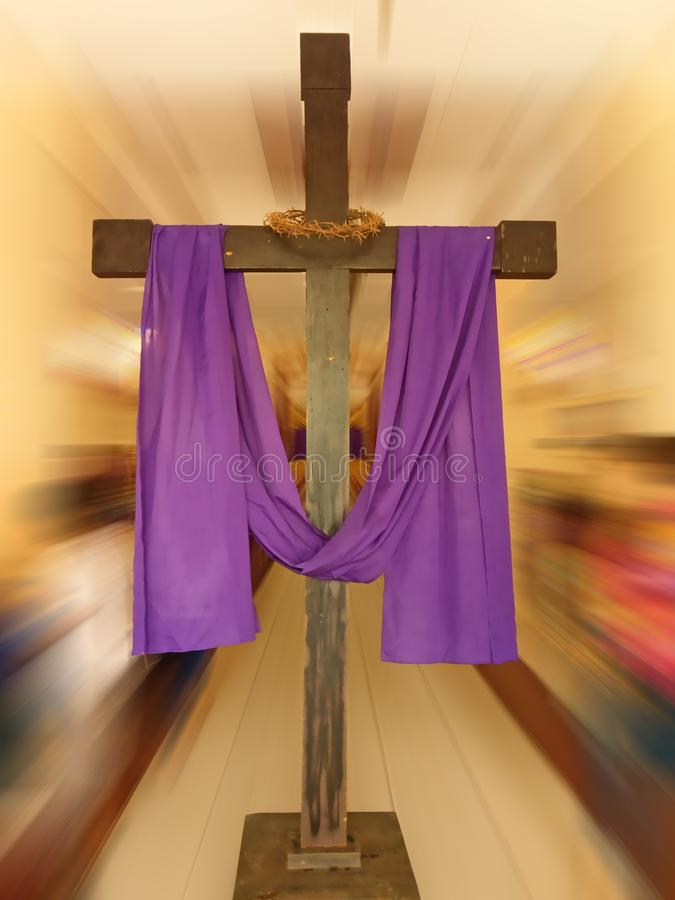 Cruz exhibida delante de la iglesia foto de archivo