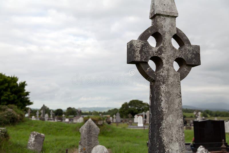 Cruz grave velha no cemitério celta em ireland imagens de stock