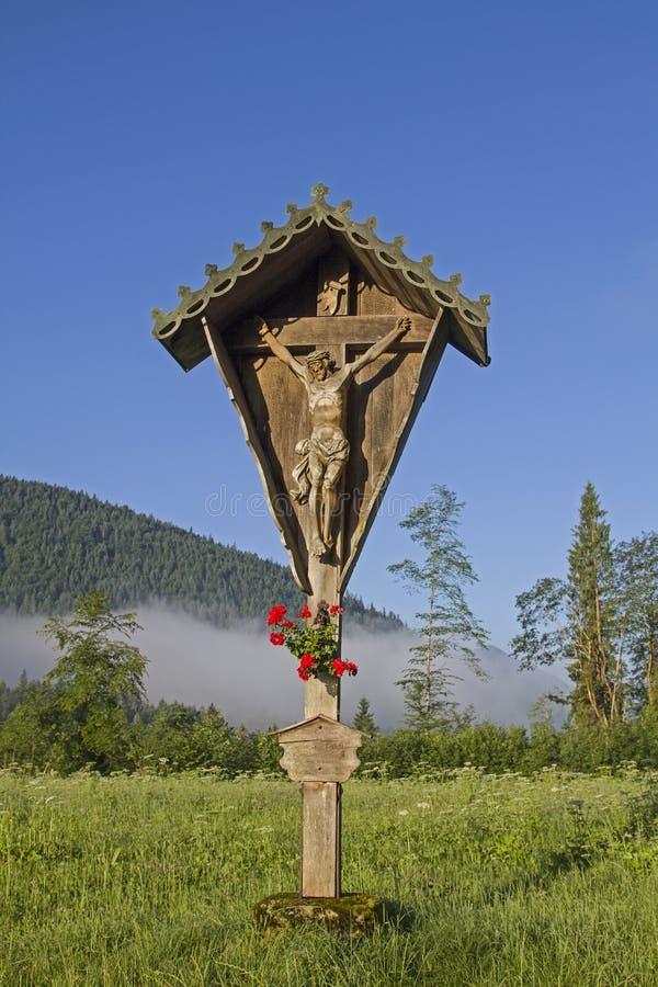 Cruz idílica en Jachenau foto de archivo libre de regalías