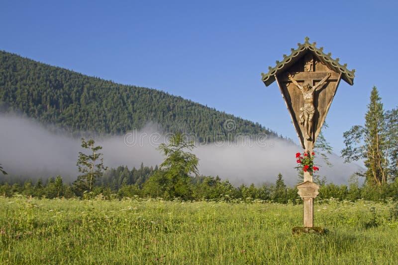 Cruz idílica en Jachenau fotografía de archivo libre de regalías