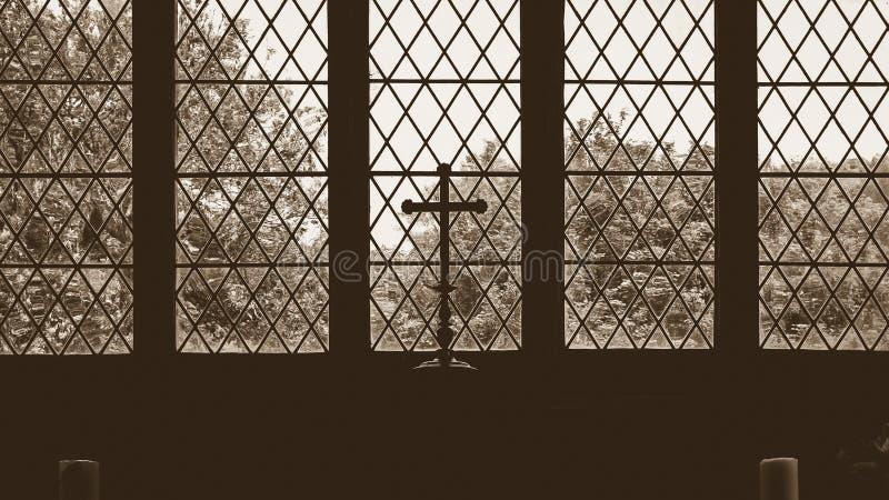 Cruz mostrada em silhueta do altar na igreja velha foto de stock