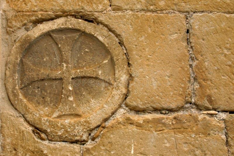 Cruz na igreja do romanesque imagem de stock