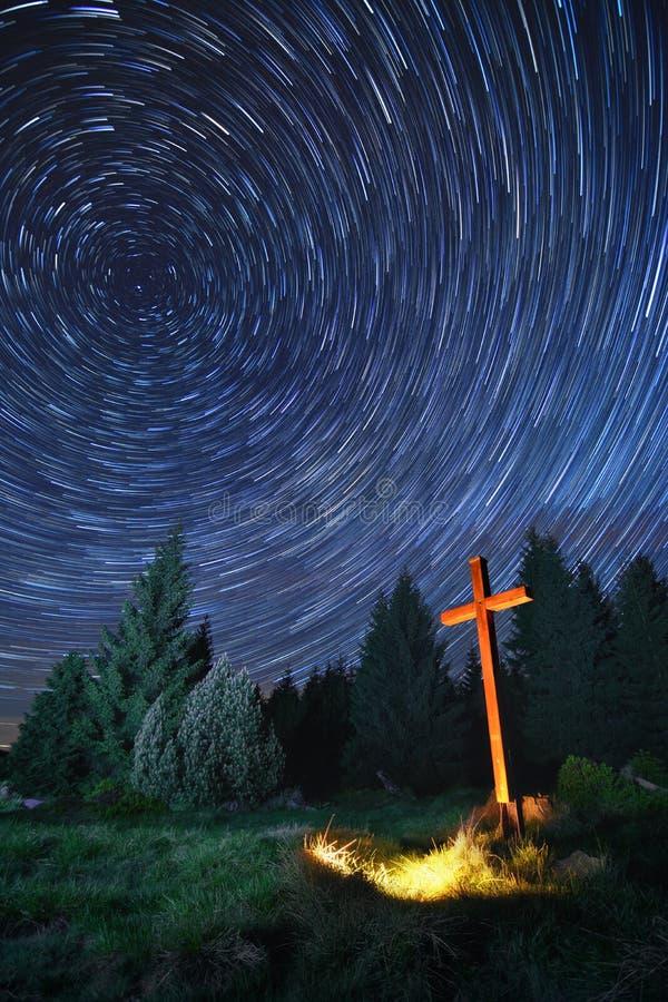 Cruz na noite fotografia de stock
