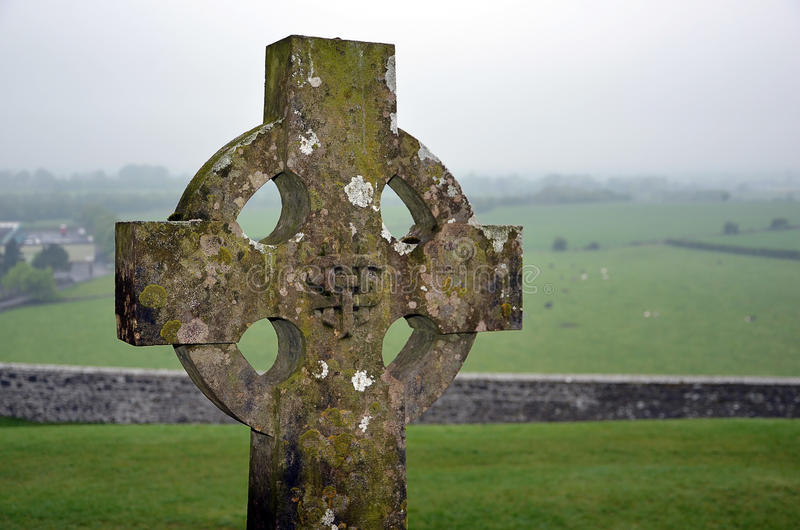 Cruz na paisagem do cemitério e da natureza foto de stock royalty free