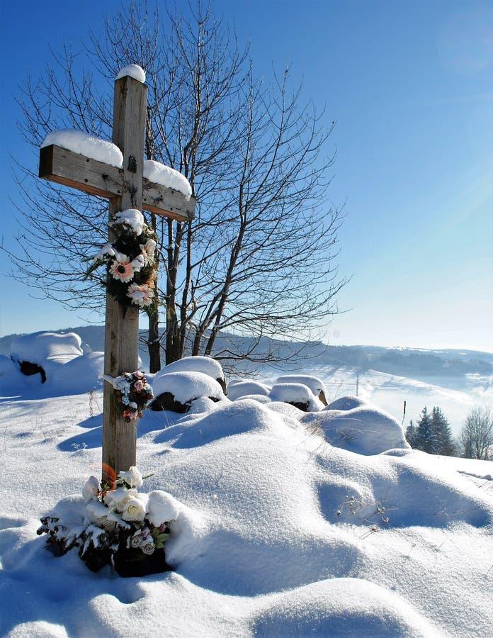 Cruz na paisagem do inverno fotos de stock royalty free
