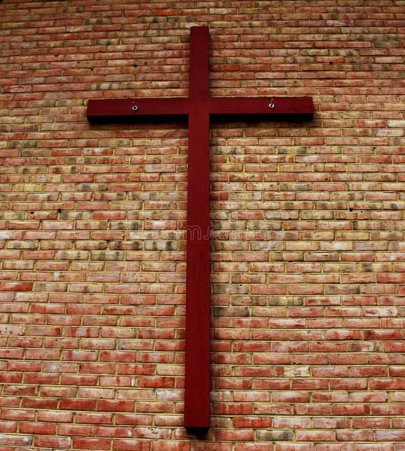 Cruz na parede de tijolo foto de stock