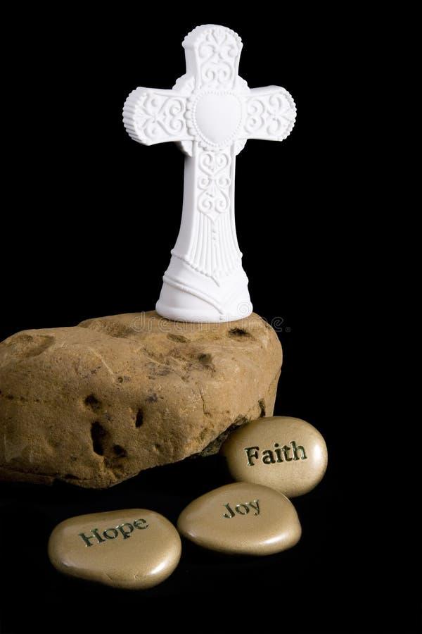 Cruz na rocha com pedras inspiradas imagens de stock royalty free