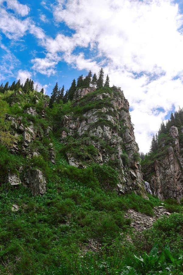 Cruz o rio em um log perto de Almaty imagem de stock