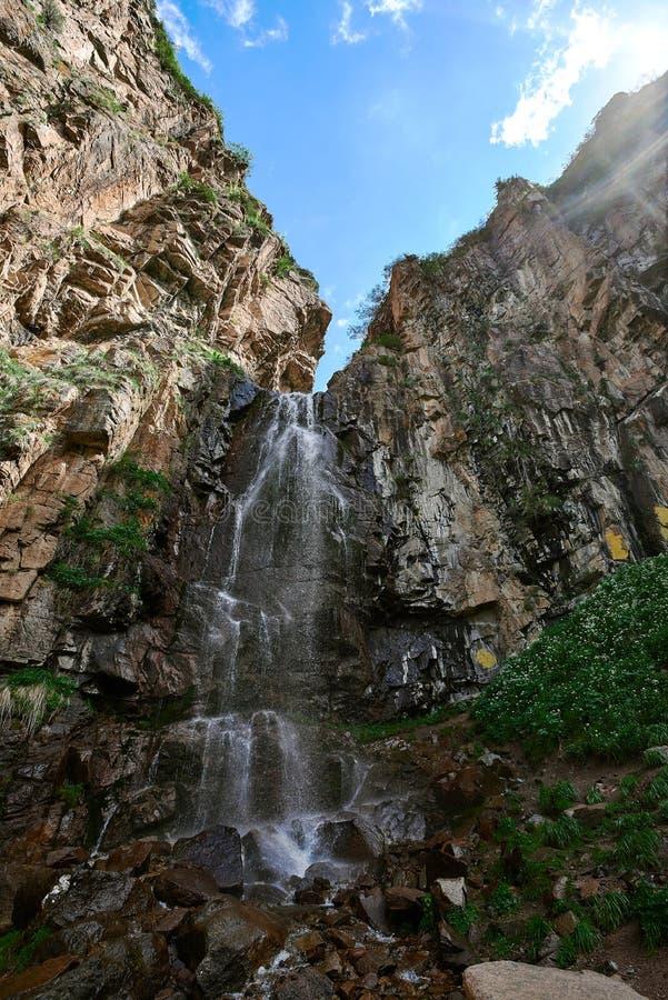 Cruz o rio em um log perto de Almaty imagens de stock royalty free