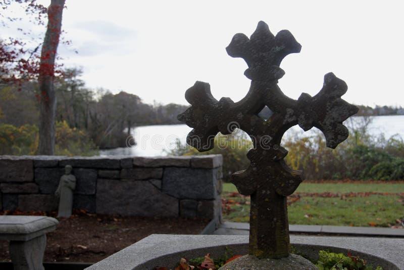 Cruz ornamentado em St Barnabas Memorial Church, Falmouth, Massachusetts, Estados Unidos foto de stock royalty free