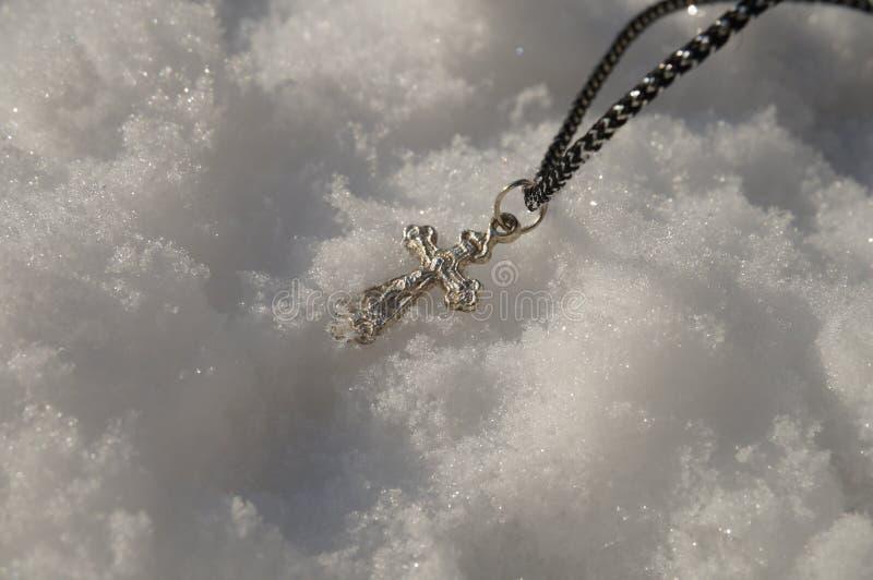 Cruz ortodoxa en la nieve imagenes de archivo
