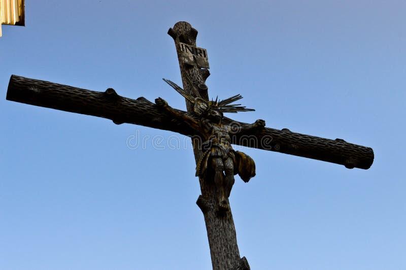 Cruz ortodoxa religiosa cristiana sagrada de madera grande con Jesus Hrit crucificado contra un cielo azul foto de archivo