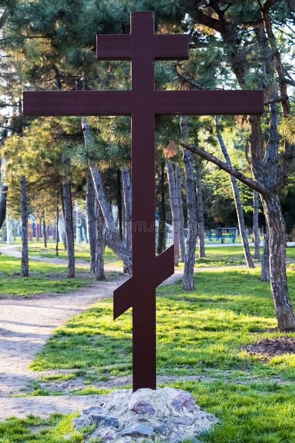 Cruz ortodoxo da adora??o no parque fotografia de stock