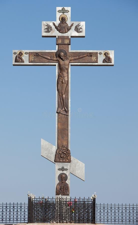 Cruz ortodoxo. Rússia. Montanha branca fotografia de stock