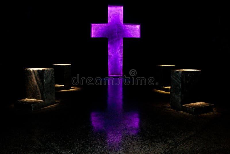 Cruz púrpura foto de archivo