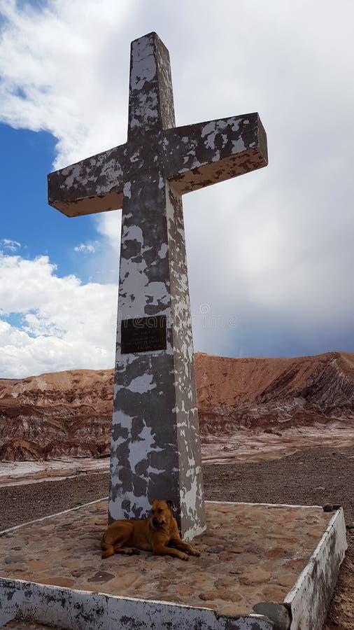Cruz Papal na Cordilheira de la Sal, San Pedro de Atacama, deserto de Atacama, o Chile foto de stock