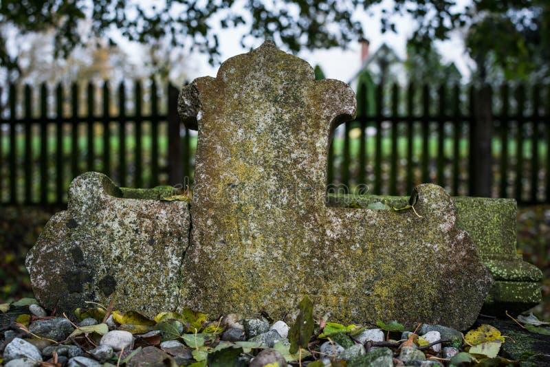 Cruz quebrada en cementerio de las menonitas imagenes de archivo