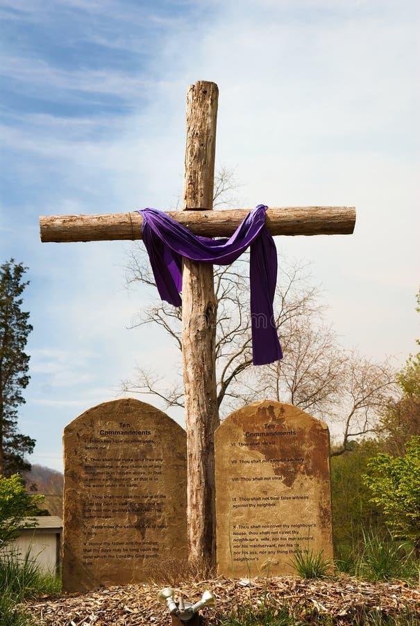 Cruz rugosa de madera con diez mandamientos fotos de archivo