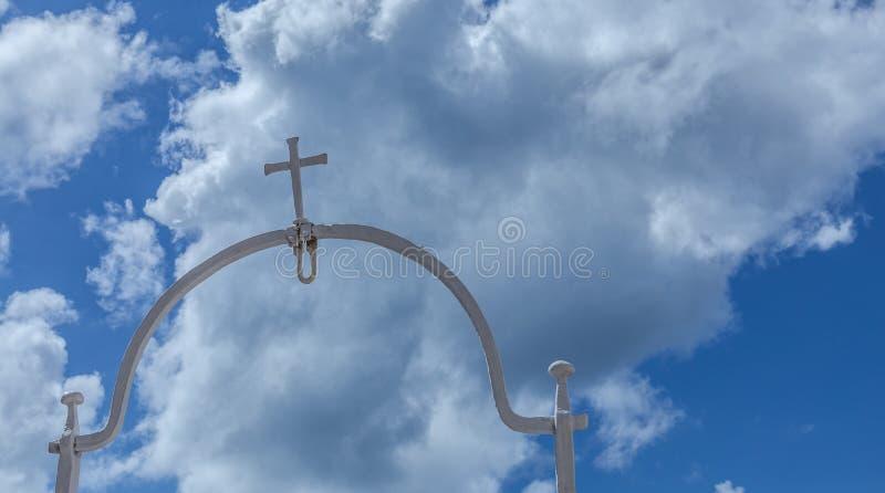 A cruz sagrado refletiu no céu fotos de stock