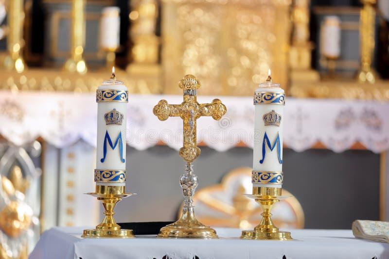Cruz santa con el Cristo crucificado en la iglesia imágenes de archivo libres de regalías