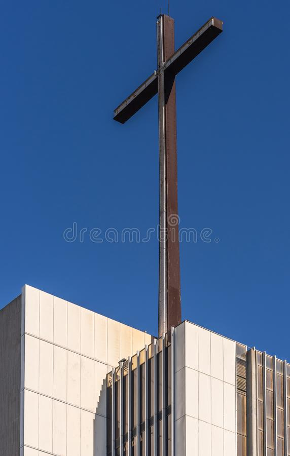 Cruz sobre a torre da esperança na catedral de Cristo no bosque do jardim, Califórnia imagem de stock royalty free