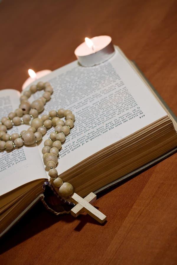 Cruz velha e a Bíblia santamente fotografia de stock
