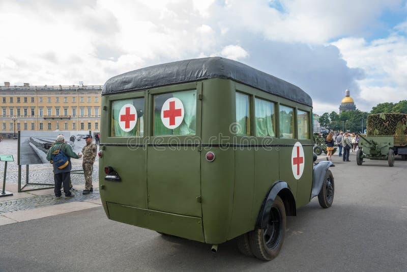 A cruz vermelha do carro no quadrado do palácio em St Petersburg em 11 A fotos de stock royalty free