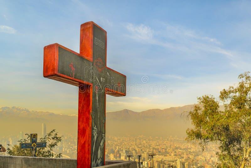 Cruz vermelha e arquitetura da cidade aérea, Santiago de Chile fotografia de stock