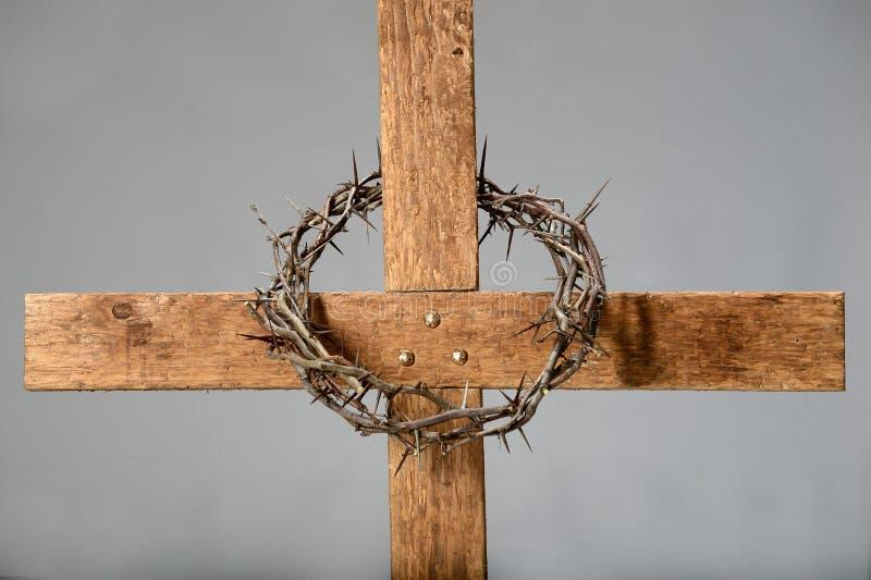 Cruz y corona de espinas foto de archivo libre de regalías