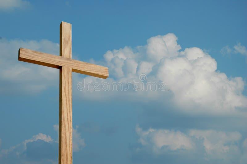 Cruz y nubes de madera foto de archivo libre de regalías