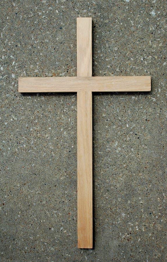 Cruz y piedra de madera fotos de archivo libres de regalías