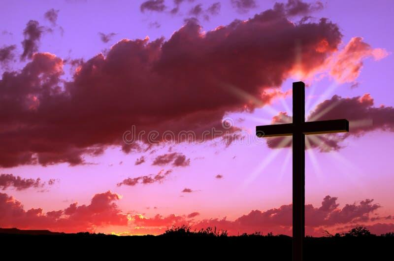 Cruz y puesta del sol ilustración del vector