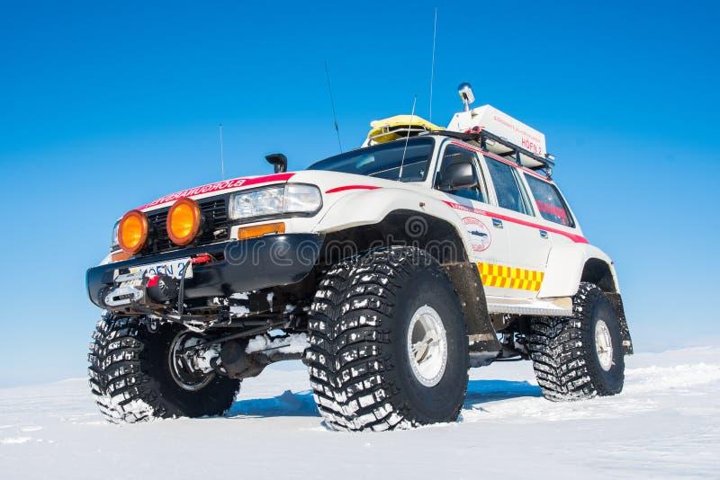 Cruzador alterado da terra de 4x4 Toyota da busca e do salvamento de Islândia imagem de stock royalty free