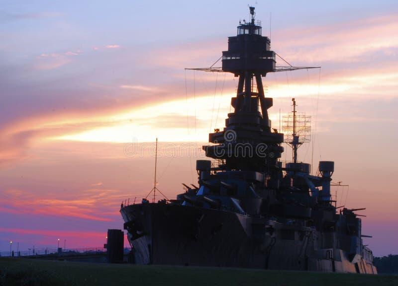 Cruzador de batalha de USS Texas no por do sol fotografia de stock