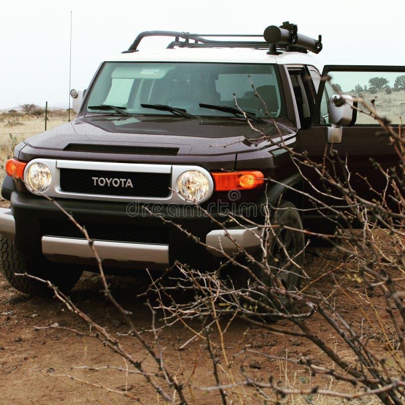 Cruzador de Toyota FJ que aprecia a chuva fotos de stock royalty free