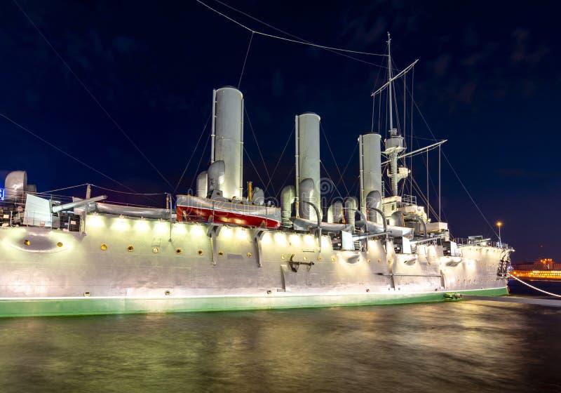 Cruzador na noite, St Petersburg da Aurora, Rússia imagens de stock royalty free