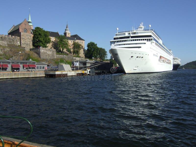 Cruzador no porto de Oslo imagens de stock royalty free