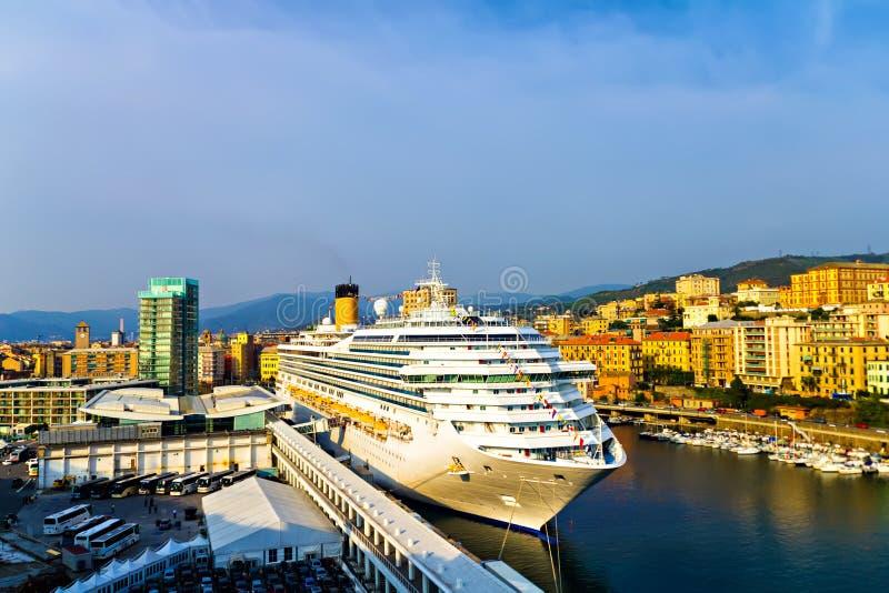 Cruzador no porto de Savona fotografia de stock