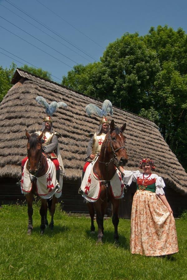 Cruzados equestres com dançarino do folclore. imagem de stock royalty free