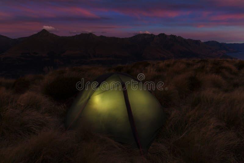 Cruzamento alpino de Tongariro, lago azul Nascer do sol do amanhecer, cen?rio da paisagem do lago azul, montanhas selvagens e vul fotografia de stock royalty free