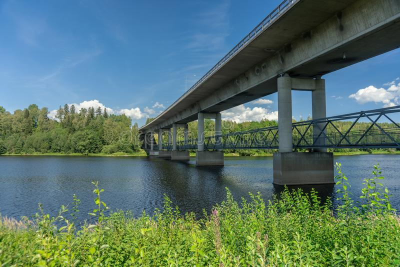 Cruzamento concreto da ponte um rio na Suécia imagens de stock royalty free